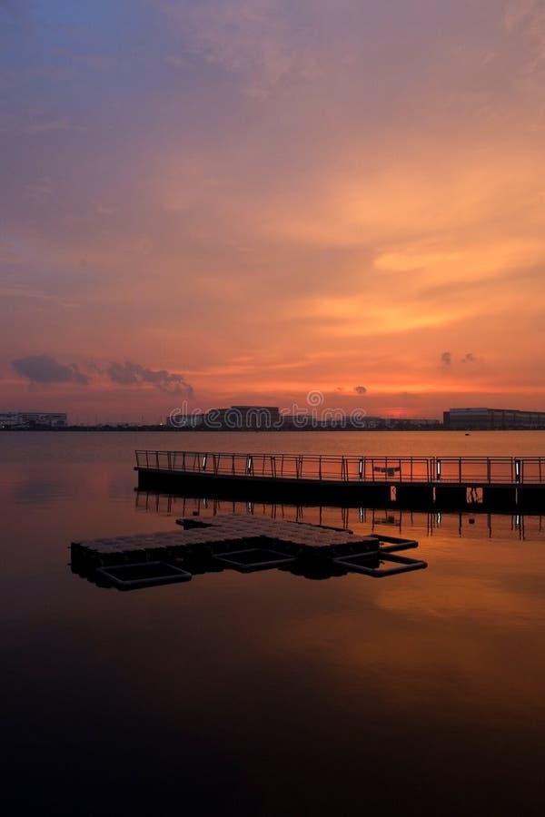 橙色日落3 -浮动平台 库存图片