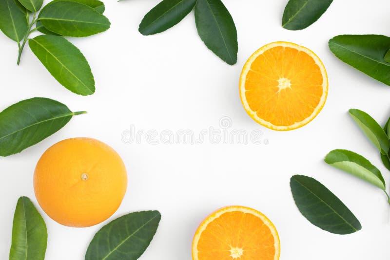 橙色果子和叶子顶视图在桌背景 果子,菜概念想法  吃健康 库存照片