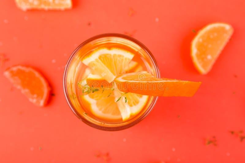 橙色水果鸡尾酒,在橙色背景的戒毒所水 新的成人 库存照片