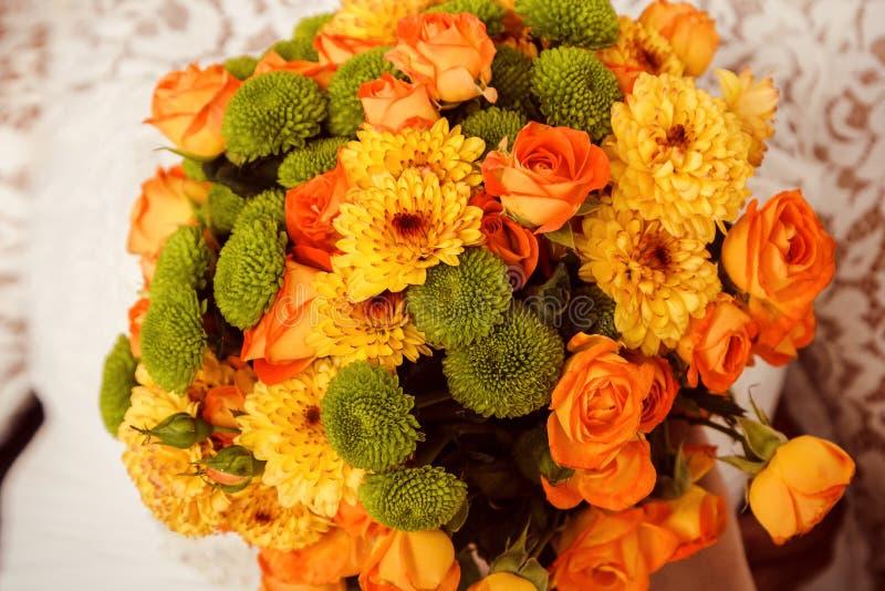 橙色玫瑰和黄色菊花花束  免版税图库摄影