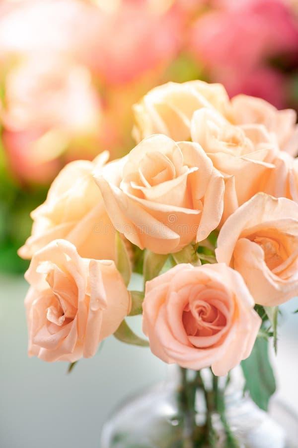 橙色玫瑰花束在花瓶的 图库摄影