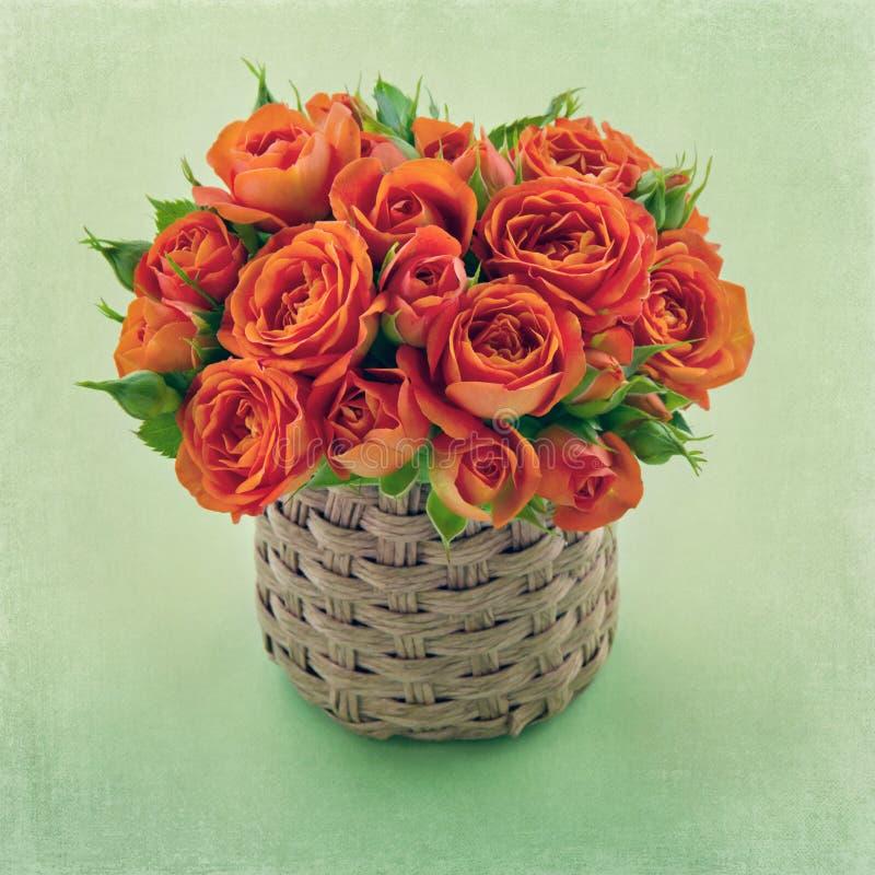 橙色玫瑰花束在绿色背景的 免版税库存照片