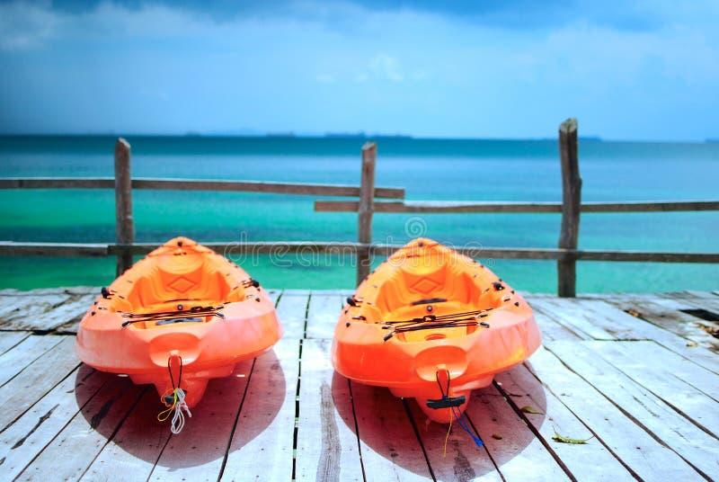 橙色皮船海滩 免版税库存照片