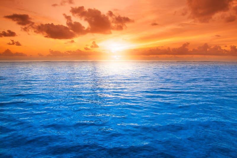 橙色神秘的日落 库存图片