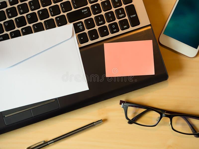 橙色空白的笔记或消息在信件在桌上 库存图片