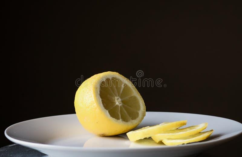 橙色茶在窗口的,结冰 免版税图库摄影