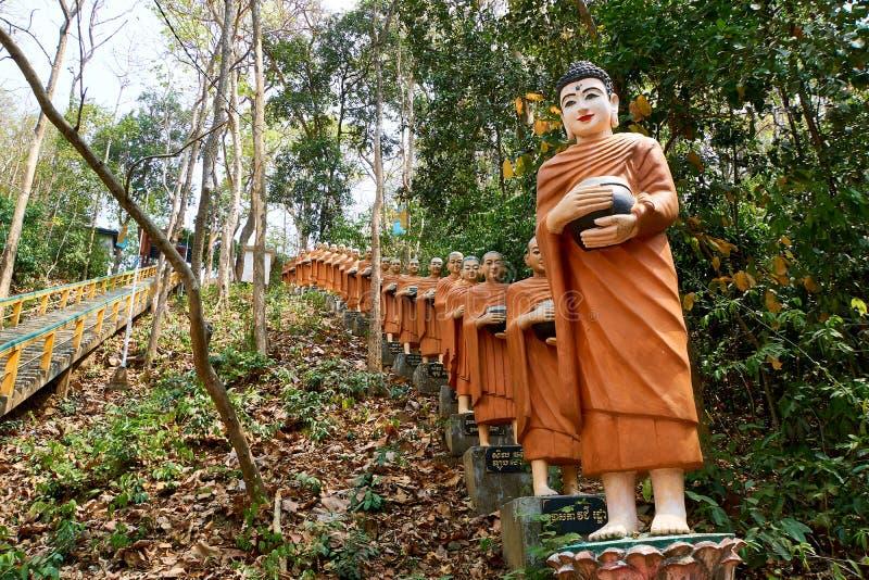 橙色菩萨雕象,Sambok塔行  库存图片