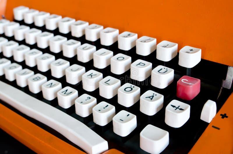 橙色葡萄酒打字机特写镜头按钮与德国字符的 图库摄影