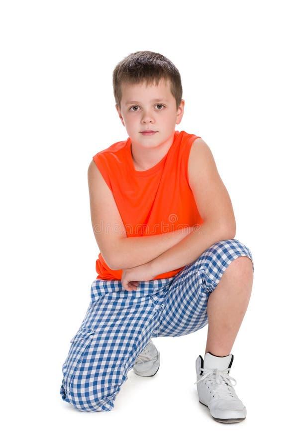 橙色衬衣的逗人喜爱的男孩 库存照片