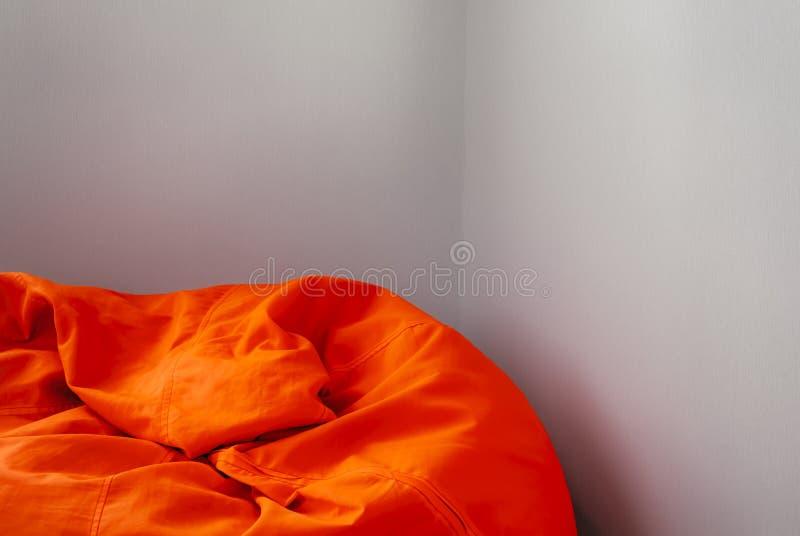 橙色装豆子小布袋上面在屋子角落里 库存图片