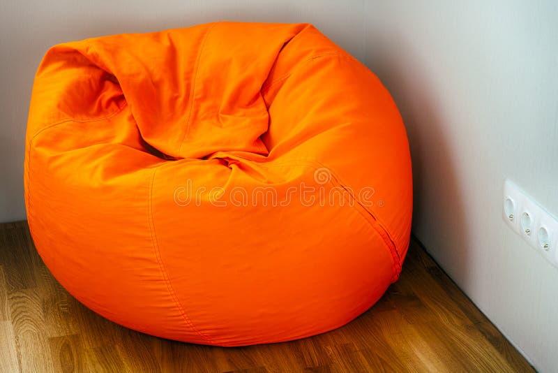 橙色装豆子小布袋在屋子角落里 免版税库存图片