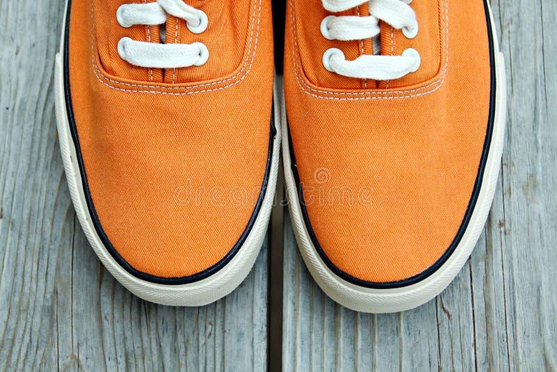 橙色运动鞋 免版税图库摄影