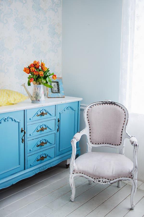 橙色郁金香,室装饰花束在内部的 免版税图库摄影