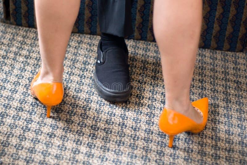 橙色鞋子 免版税库存照片