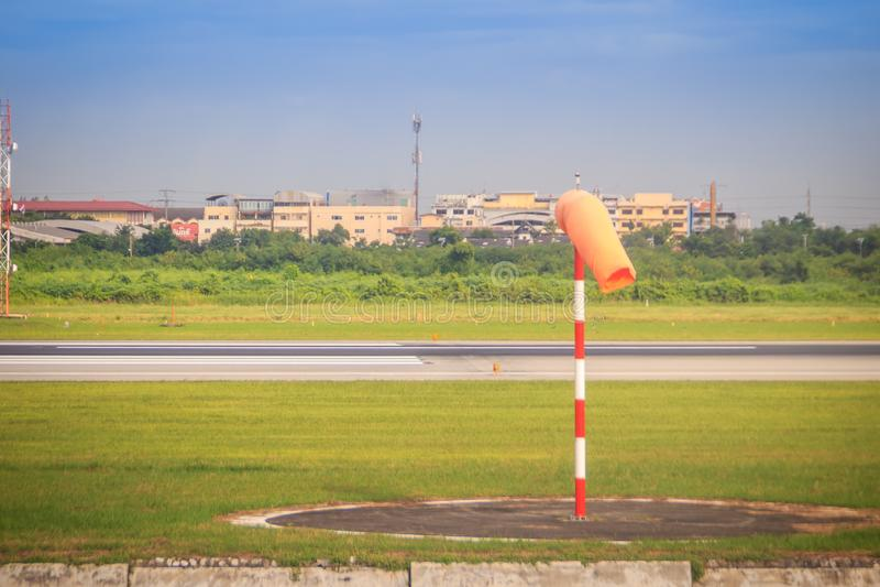 橙色风向袋或风向仪在适度风在红色白色杆反对清楚的蓝天在晴天在航空区域 风向仪二 库存图片