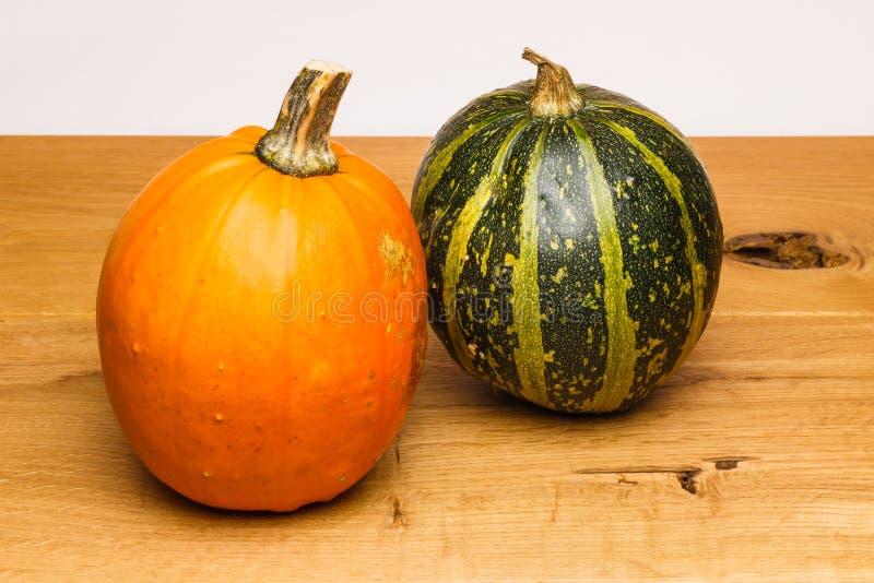 橙色绿色瓢橡木表面 免版税库存照片