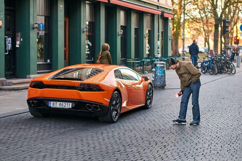 橙色Lamborghini Huracan LP 580-2 Spyder汽车在导致伟大的街道上发布了大约2016年在意大利停放了 免版税库存图片