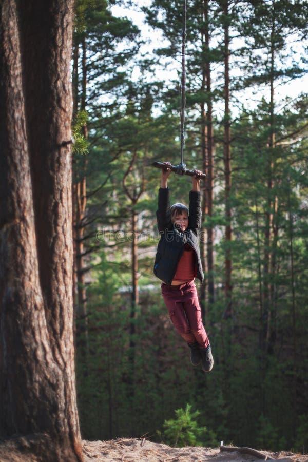 橡皮筋的青少年的男孩在秋天森林里 库存照片