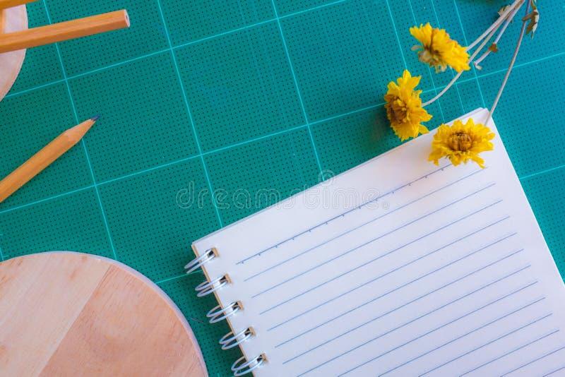 橡胶切削刀,笔记本,铅笔,背景的理想的用途顶视图  库存照片