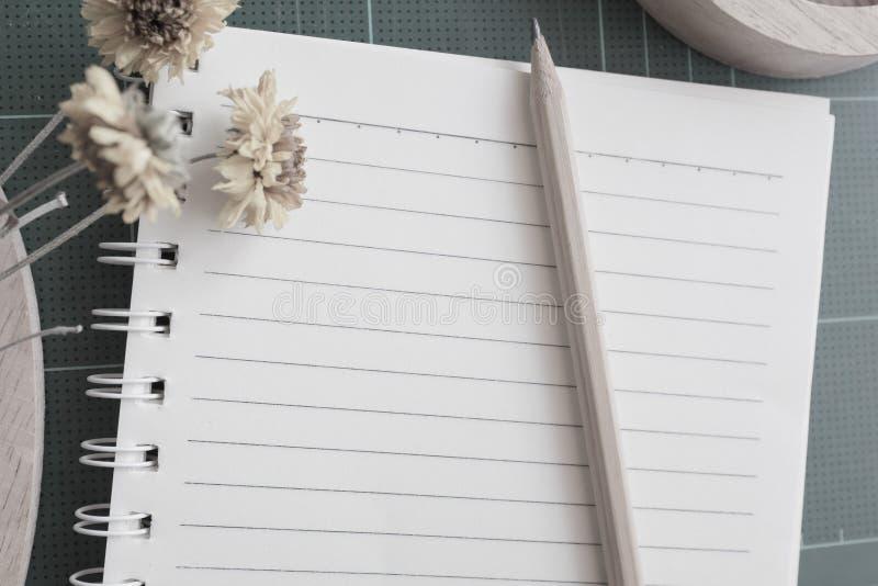 橡胶切削刀,笔记本,铅笔,背景的理想的用途顶视图  免版税库存照片