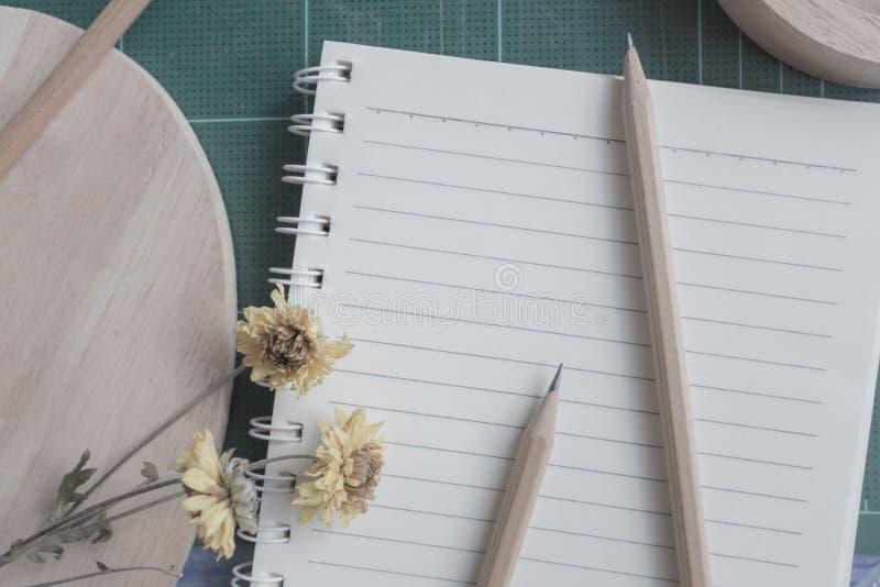 橡胶切削刀,笔记本,铅笔,背景的理想的用途顶视图  库存图片