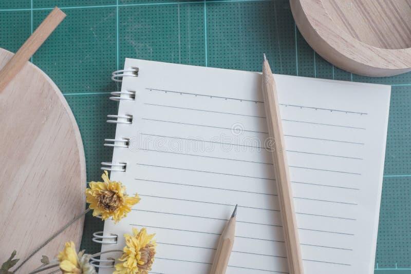 橡胶切削刀,笔记本,铅笔,背景的理想的用途顶视图  图库摄影