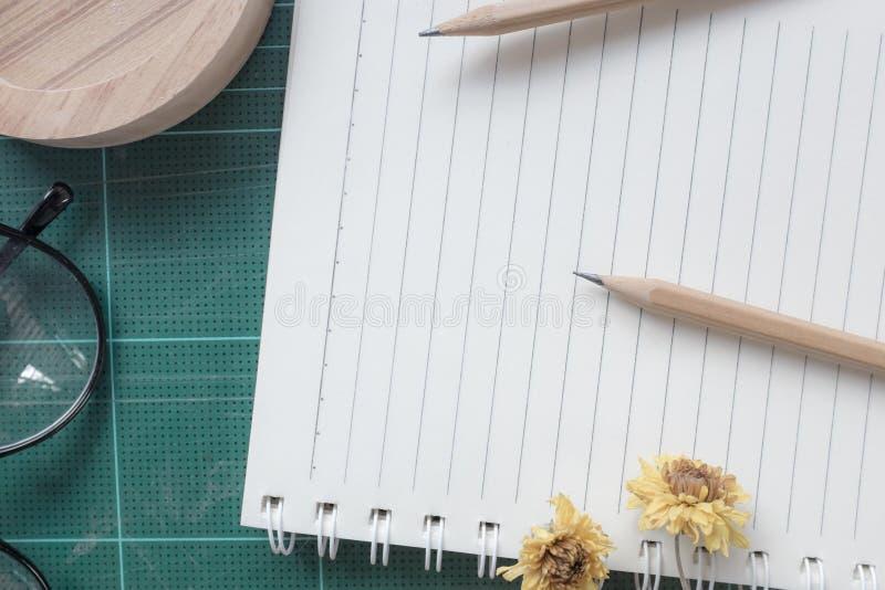 橡胶切削刀,笔记本,铅笔,背景的理想的用途顶视图  免版税图库摄影
