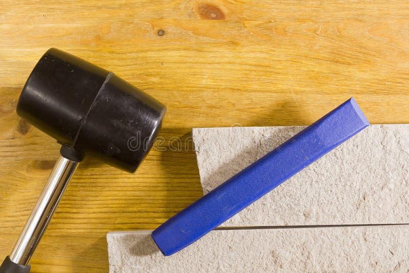 橡胶短槌和凿子 免版税图库摄影