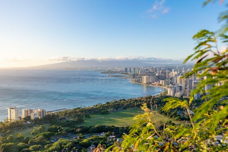 檀香山和威基基海滩惊人视图从钻石头山火山口,奥阿胡岛,夏威夷山顶看见的  美丽的晚上befo 库存图片