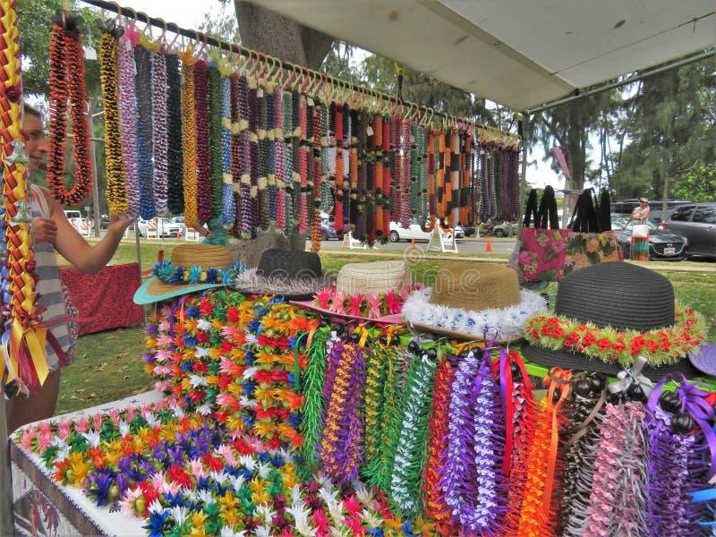 檀香山,夏威夷-五颜六色的夏威夷leis在一个室外节日的待售 免版税库存图片