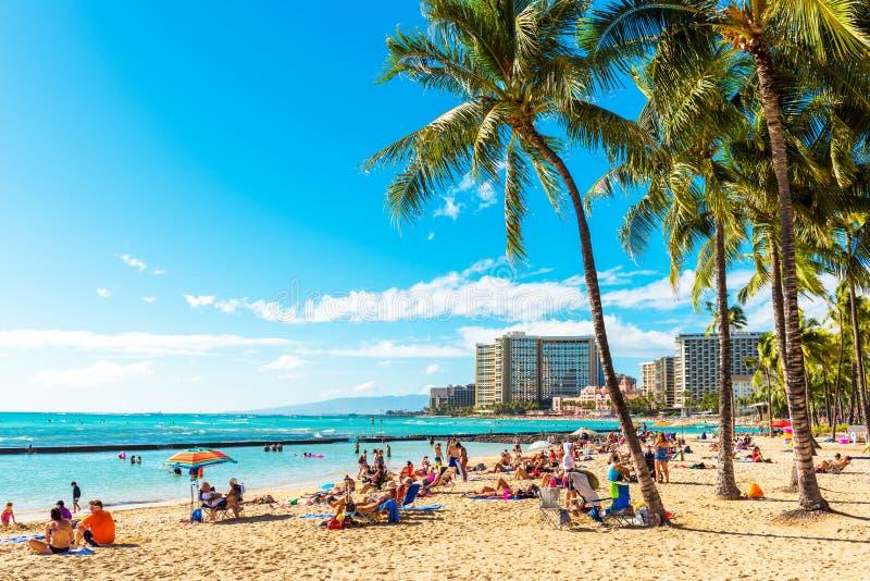 檀香山,夏威夷- 2018年2月16日:含沙城市海滩的看法 复制文本的空间 库存图片