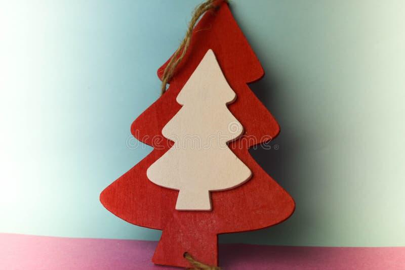 欢乐与小玩具木自创红色的新年的圣诞节美好的明亮的多彩多姿的愉快的蓝色桃红色背景 库存图片