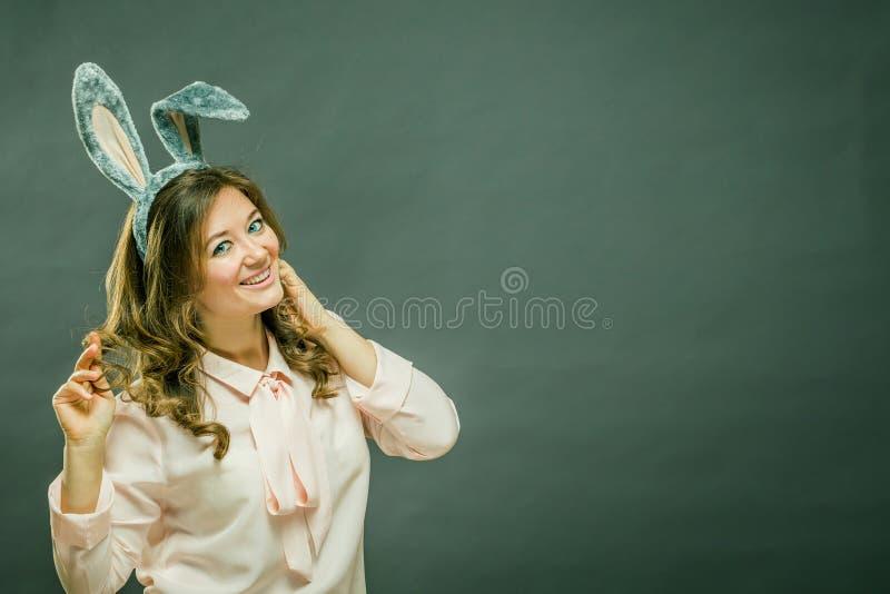 欢乐兔宝宝和蛋季节 在灰色背景隔绝的复活节兔子耳朵的愉快的现代妇女 库存图片