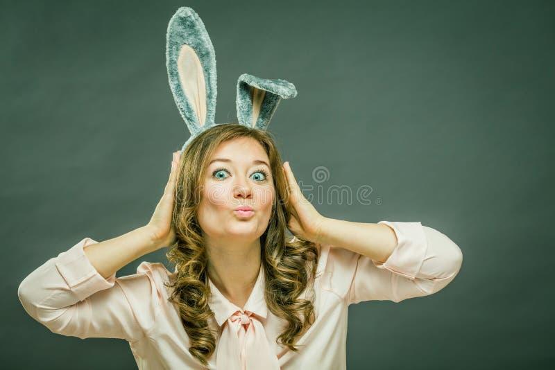 欢乐兔宝宝和蛋季节 在灰色背景隔绝的复活节兔子耳朵的愉快的现代妇女 图库摄影