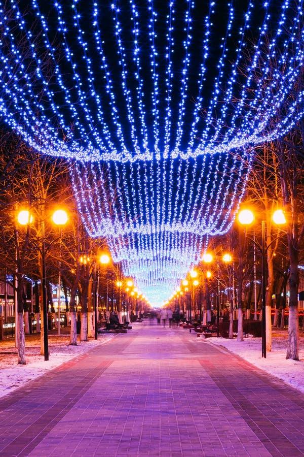 欢乐圣诞节新年照明在城市 免版税库存照片