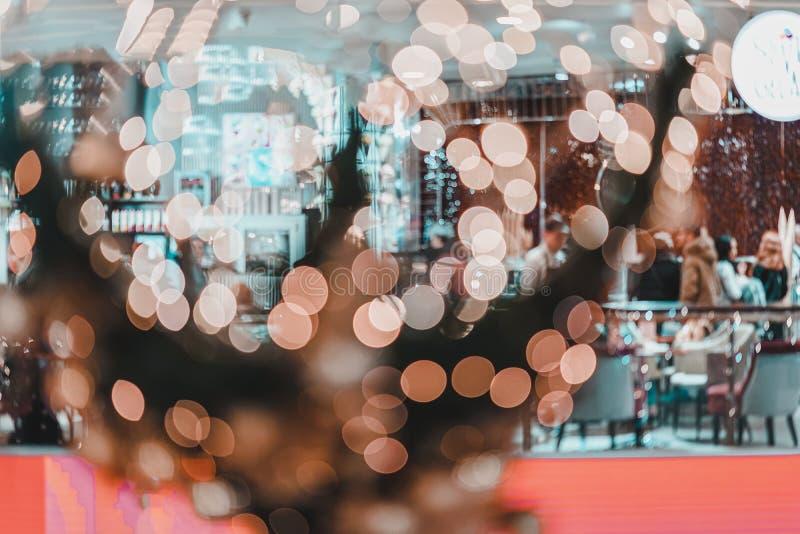 欢乐圣诞节购物 诗歌选,无法认出的人民,背景抽象被弄脏的bokeh在购物中心的 库存图片
