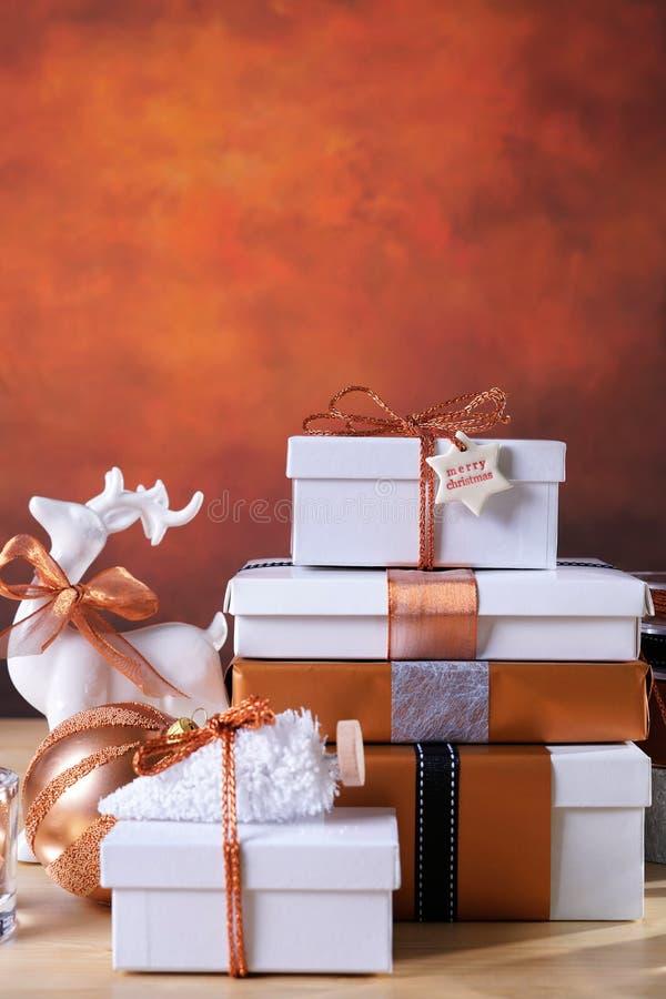 欢乐圣诞节铜和白色礼物 免版税库存图片