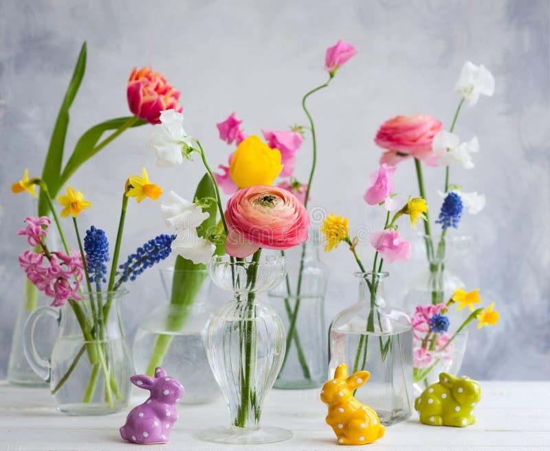 欢乐复活节桌装饰 库存图片