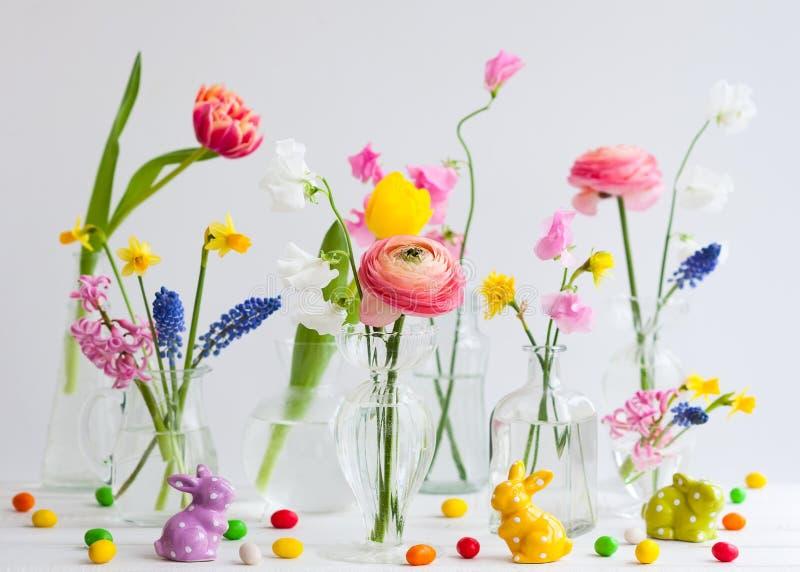 欢乐复活节桌装饰 免版税图库摄影