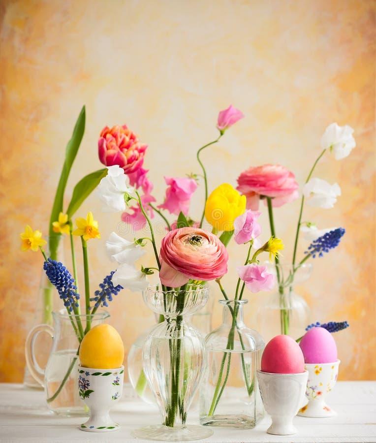 欢乐复活节桌装饰 图库摄影