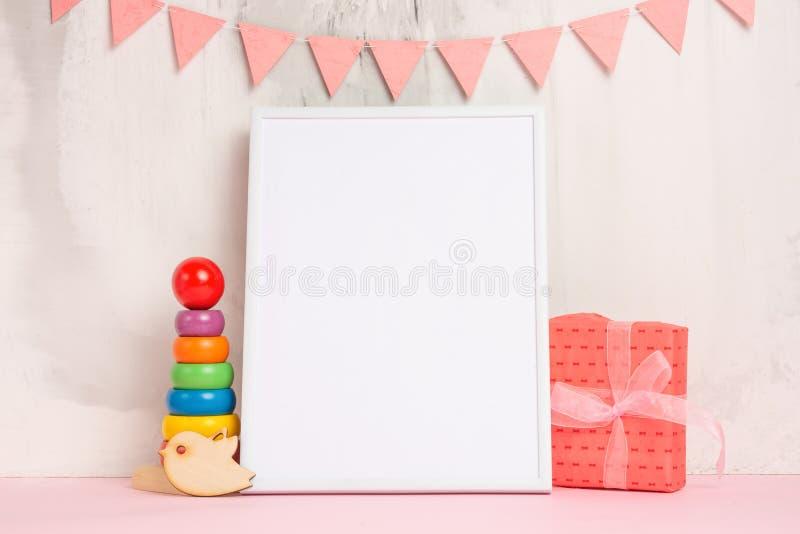 欢乐心情、儿童的诗歌选有一个白色空的框架的设计和玩具有礼物布局的 婴孩出生的男孩看板卡新的阵雨 库存照片