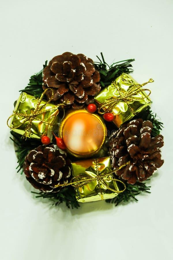 欢乐有杉木锥体的圣诞节和新年手工制造装饰烛台 免版税库存照片