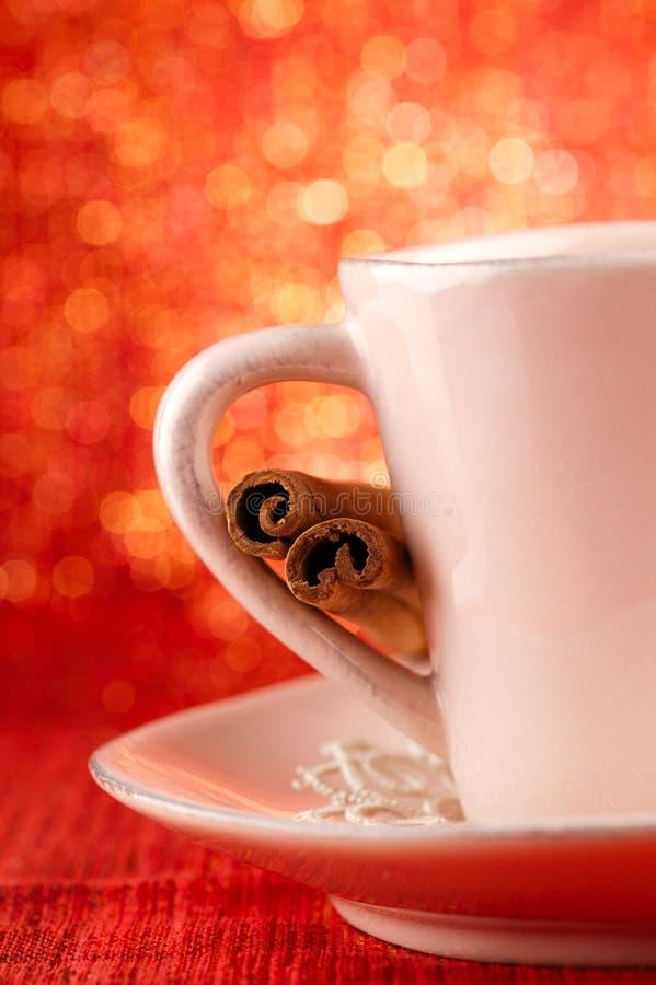 欢乐杯子热xmas饮料用肉桂条 库存图片