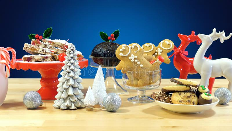 欢乐桌用传统英国和欧洲风格的圣诞节食物 免版税库存图片
