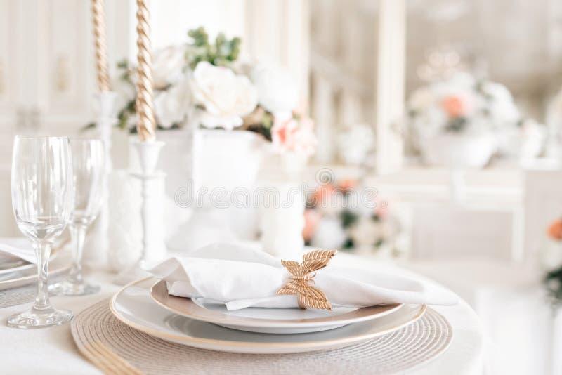 欢乐桌的特写镜头布局 装饰的桌和椅子一顿欢乐晚餐的 豪华装饰与白天 图库摄影