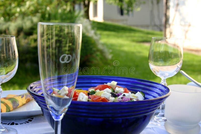 欢乐沙拉表 免版税库存图片