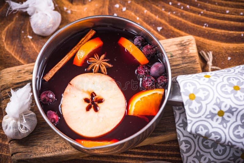 欢乐温暖加香料的热葡萄酒,圣诞节食物 免版税图库摄影