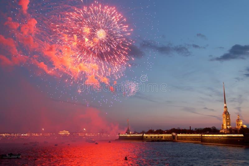 欢乐烟花在圣彼德堡,俄罗斯 免版税库存照片