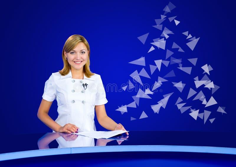 欢乐电视演播室的女主持人 图库摄影