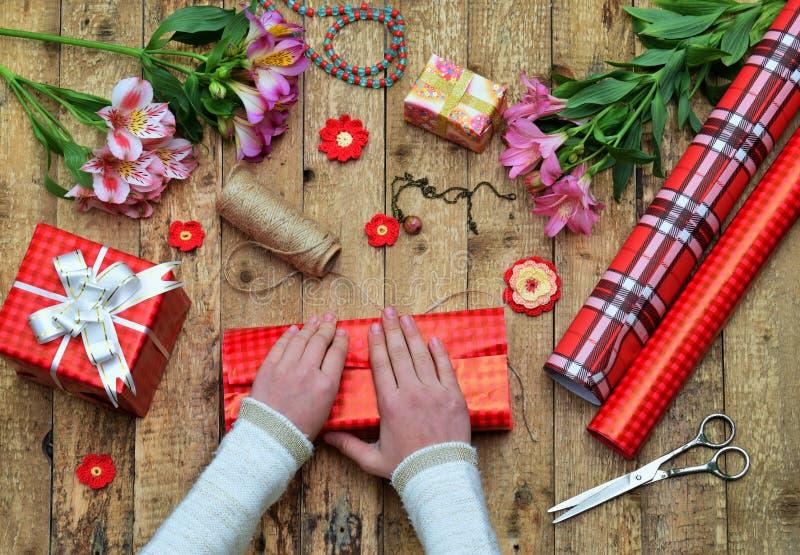 欢乐的背景 顶视图结构的妇女手为生日,母亲节,情人节, 3月8日包裹礼物 Packe 库存图片